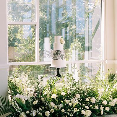 AndiCassas_ARPhotography_WhiteWeddingCake_FloralVecetorCake_BlackAndWhiteCake_FloralCake